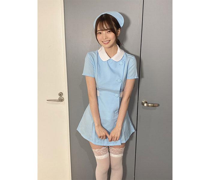 新谷姫加、絶対領域チラ見えのミニスカナース服でもじもじ