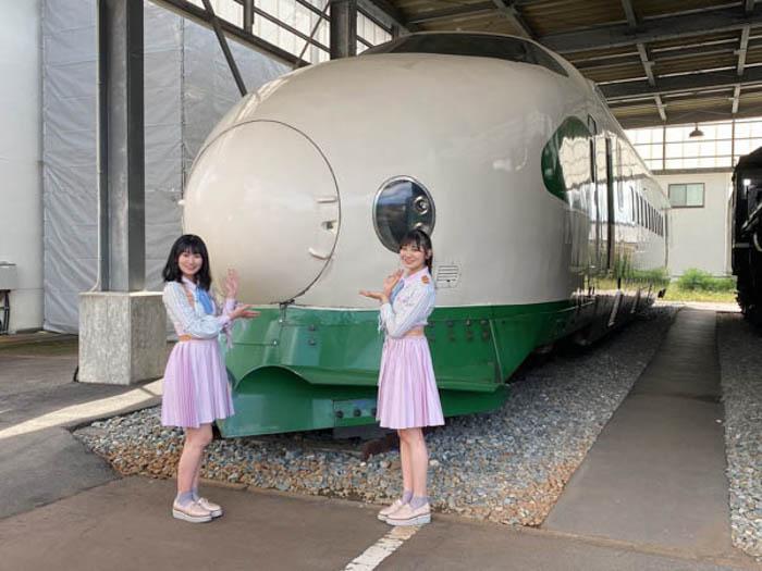 NGT48 佐藤海里、「鉄道のまち」新津で所縁のある200系と2ショット